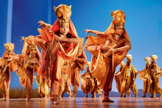 König der Löwen Löwinnen beim Tanz © Deen van Meer